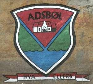 Adsbøl logo - på sten nymalet